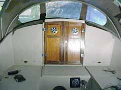 Stickans snygga dörrar av teak med kromade ventilgaller.