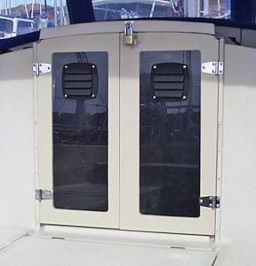 Enkla dörrar av plexiglas och en ram av 10mm plywood. Avlyftbara gångjärn. Medlem #22